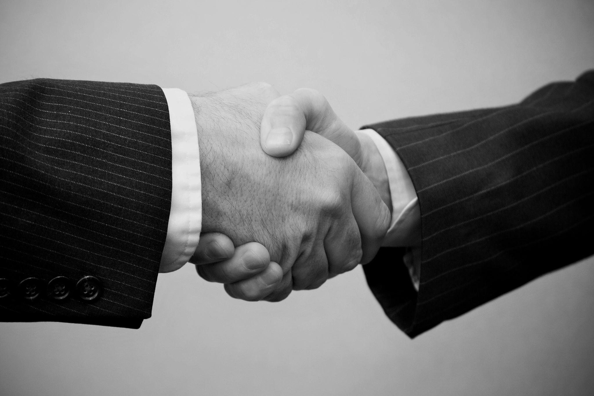 Quelle_Flickr_Flanzingo Photos_Handshake - 2 men_allgemein (2)